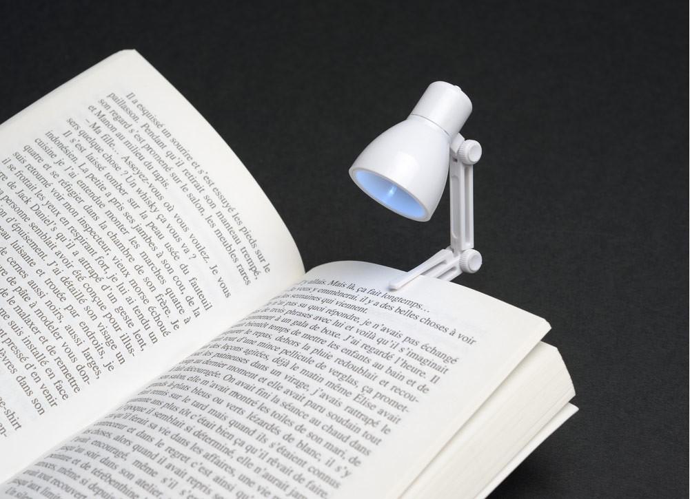 kleine led lampe zum anklemmen ans buch kramsen. Black Bedroom Furniture Sets. Home Design Ideas